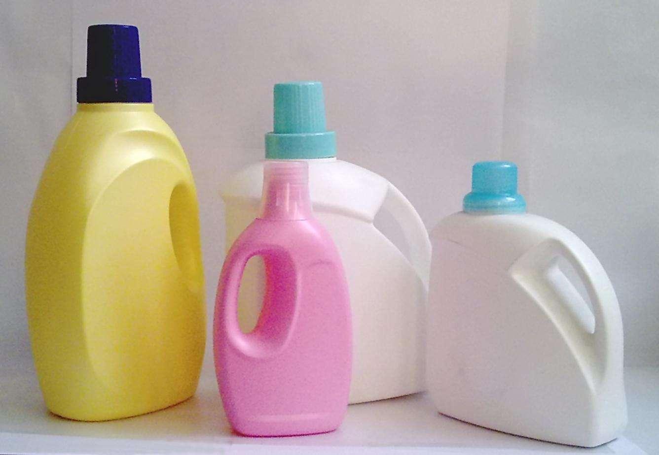 家里洗衣服用的洗衣液瓶子