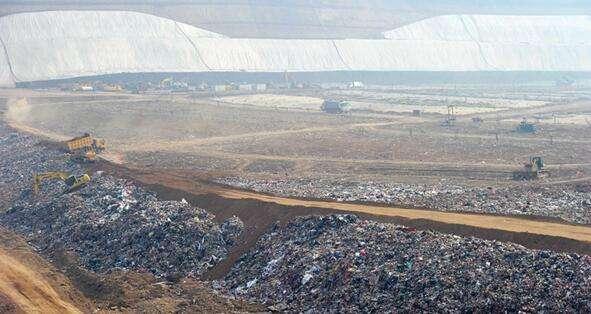 西安市江村沟垃圾填埋场内,现日平均处理生活垃圾约8735吨.