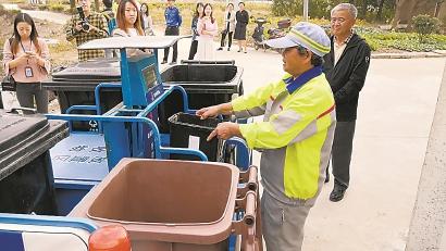 农村清洁员正在进行垃圾分类