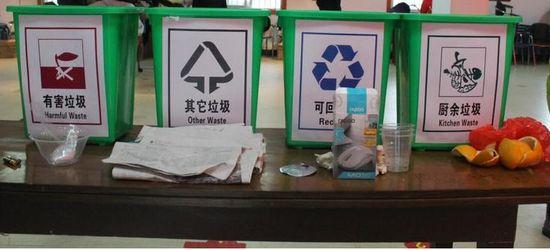 志愿者走进幼儿园 指导孩子学习垃圾分类