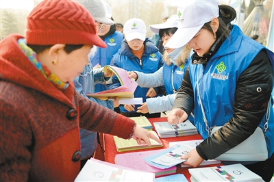城管局宣讲员,志愿者向市民群众讲解垃圾分类常识.